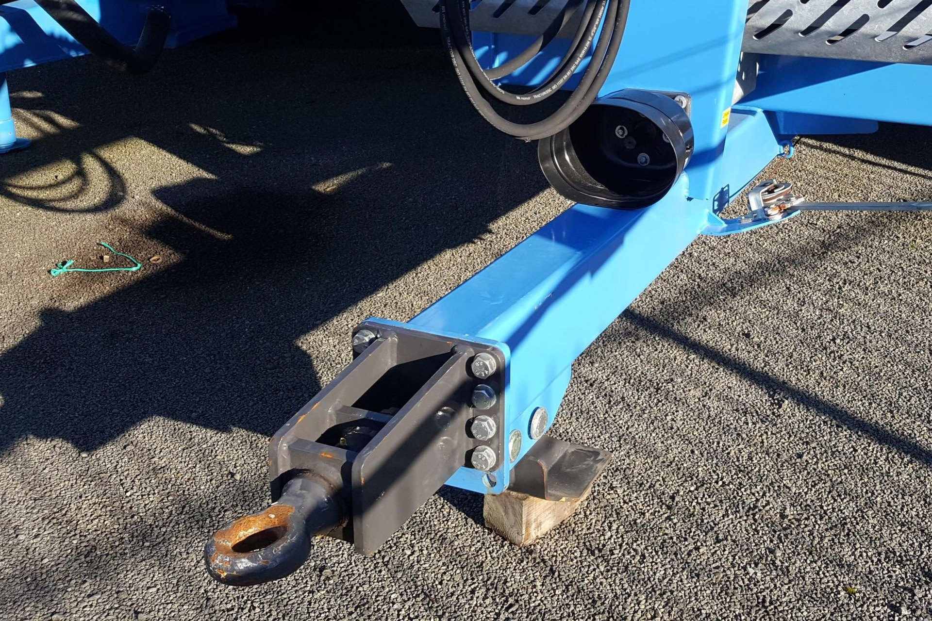 Narrow drawbar for tight turning and suspension ensures a good ride